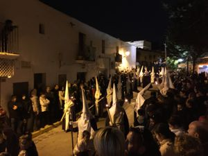 Vermummte Teilnehmer des Karfreitagszuges in Dalt Vila