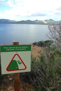 Warnschild auf dem Wanderweg