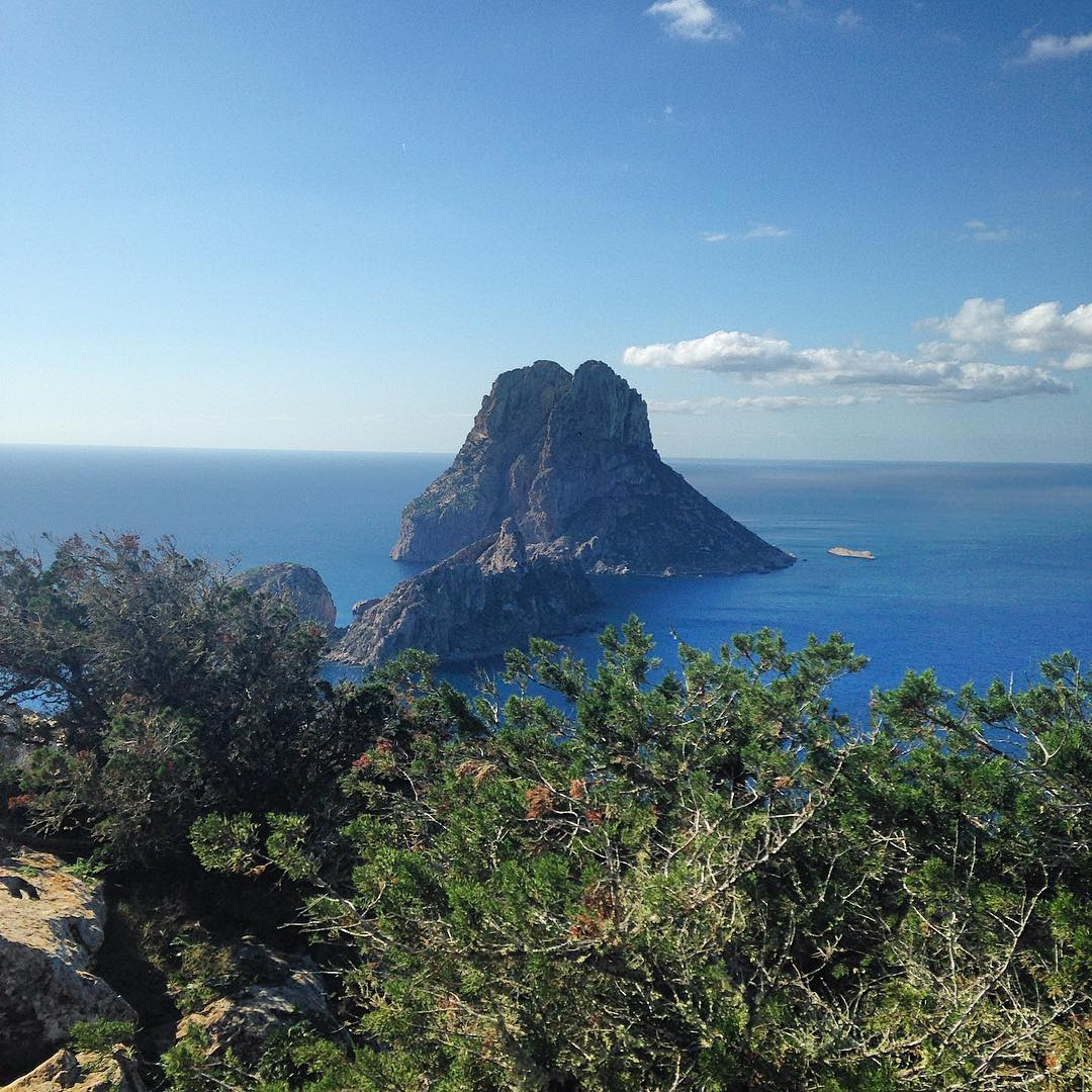Classic view to the magic rock Es Vedrà from the Pirata Torre next to Atlantis 🌊⛰#esvedra #torre #magic #rock #atlantisibiza #atlantis #torredelpirata #ocean #oceanview #bluesea #green #blue #ibiza #ibiza2016 #ibz #balearics #balearicislands #baleares #ibizadiary #ibizanature, Torre Del Pirata