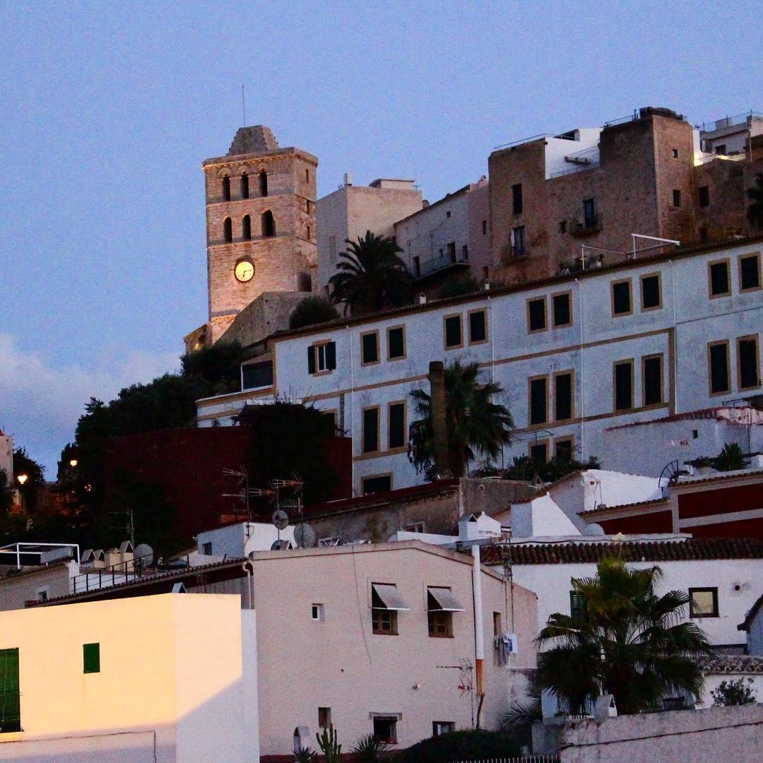 Blue Hour at Dalt Vila Eivissa 🌌🌃🌅 #bluehour #blauestunde #eivissa #daltvila #ibiza #ibiza2016 #ibizadiary #twilight #blue #evening #ibizatowncastle #ibizatown #daltvilaibiza #ibz2016 #ibz #bluesky, Castillo de Ibiza