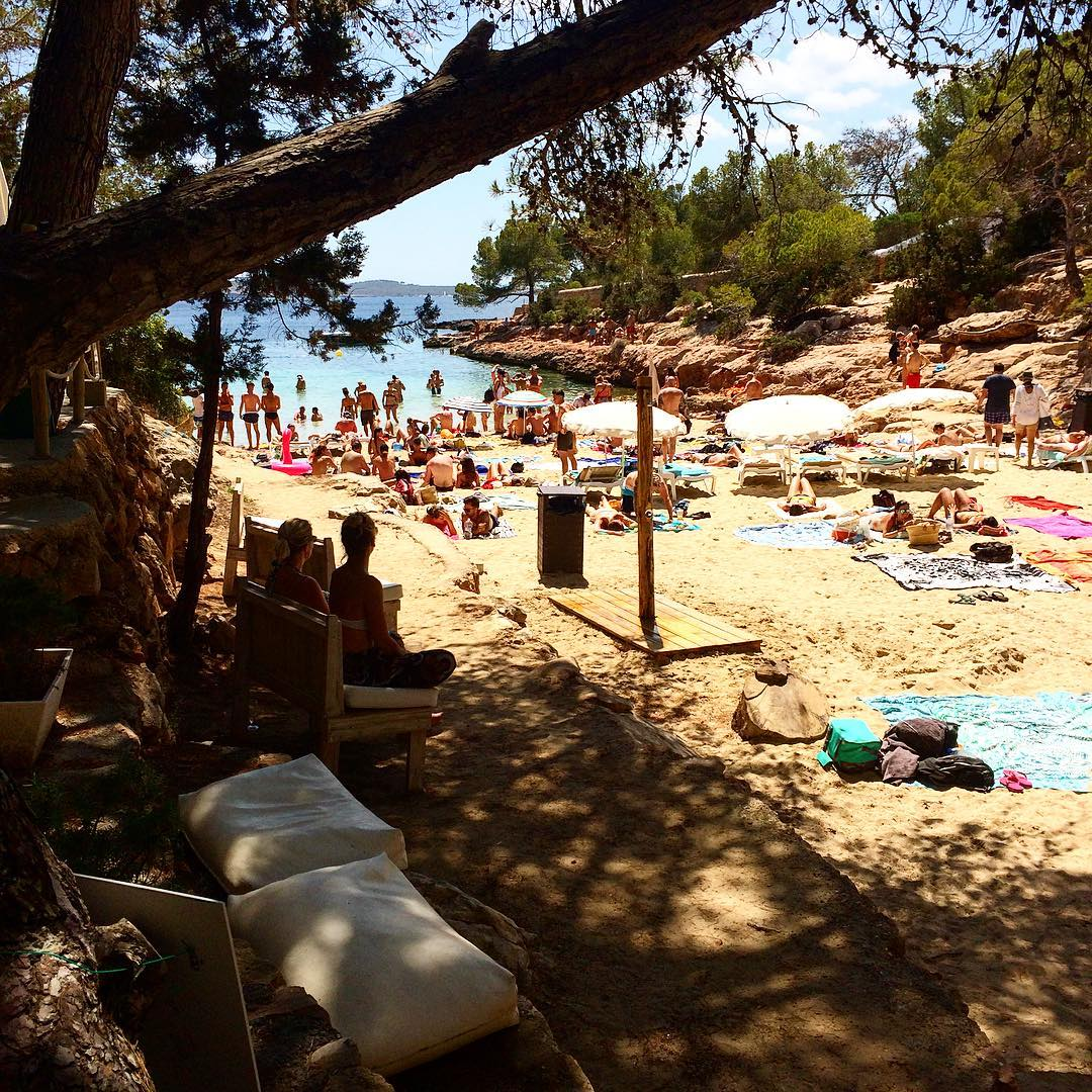 Great day on the beach at Cala Gracio  #beach #calagracio #ibiza #playa #instabeach #ibizaplaya #ibiza2017 #baleares #picoftheday #goodtime #boattrip #ibz #ibizalife #travel #sand #ibizadiary, Cala Gracioneta – Chiringuito