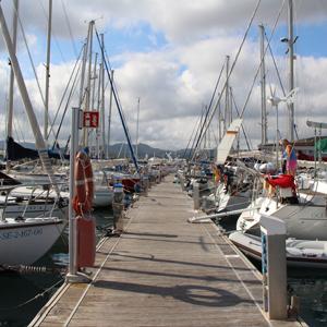 Steg am Yachthafen