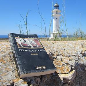 """Das Buch """"Der Hundeknochen"""" vor dem Cap de Barbaria"""
