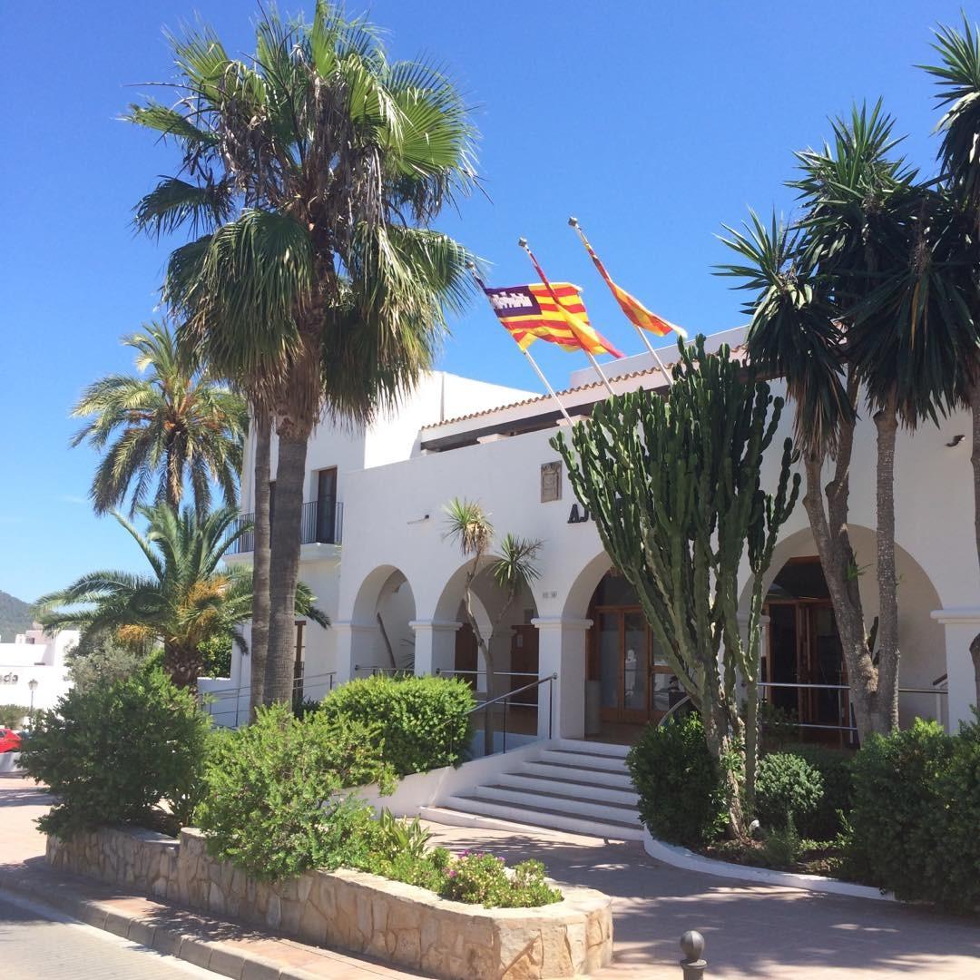 Hello from Sant Josep 🇪🇸 #spain #ibiza #santjosep #catalan #ibiza2017 #palmtree #townhall #sky #blue #baleares #instatravel #tourism #travel #igersibz #ibizadiary, Sant Josep de sa Talaia