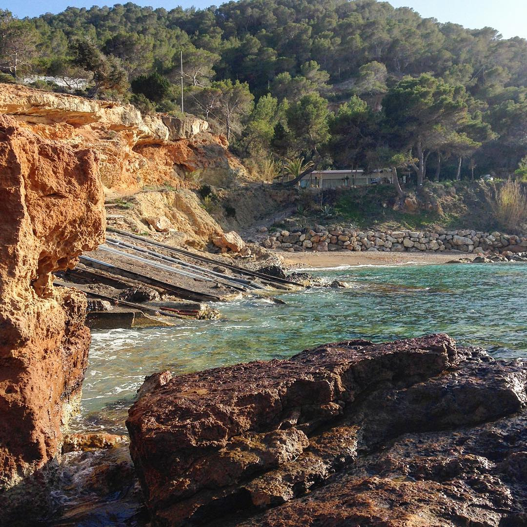 Secret small beach on the north-west coast 👌😎 #beach #secret #calm #chillout #summer #ibiza #secretbeach #playa #igersibz #ibzconnect #ibz #baleares #instatravel #instaspain #westcoast #rock #forest #ibizanature #ibizadiary, S'illot D'es Rencli
