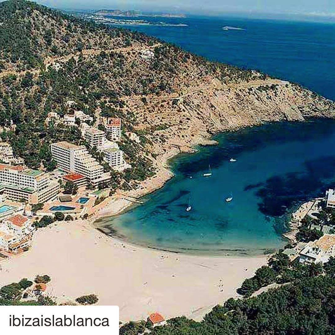 One of our favourite spots for a beach day! Thanks to @ibizaislablanca for the nice shot  #ibiza #repost #beach #ibizaislablanca #calallonga #playa #strand #instaholiday #instaspain #ibiza2017 #beachgram #instabeach #travel #travelgram #ibizadiary, Viva Cala Llonga