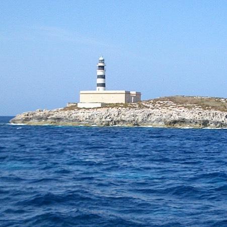 One of Ibizas oldest lighthouses on Illa des Penjats ⛵️#lighthouse #ibiza #illadespenjats #isla #island #ocean #balearea #igersbalears #birdsanctuary #southcoast #sky #blackandwhite #like4like #spain #ibiza2017 #ibizadiary, Torre de ses Portes