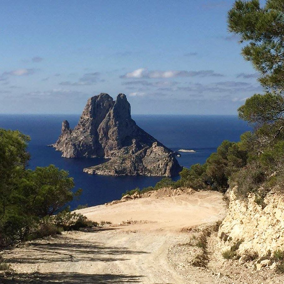 Happy advent to all of you with this picture of the magic place Es Vedra ☮️ #advent #offroad #esvedra #sunday #hiking #seaview #nature #travel #igersibiza #ibz #magic #energy #peace #spain #instatravel #picoftheday #like #ibizadiary, Es Vedrà