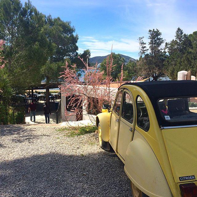 Original Ibiza hippy car 🚗 #instacars #ibiza #2cv #yellow #hippie #hippiestyle #70s #instaibiza #igersibiza #ibz #niublau #restaurant #good #goodvibes #ibizadiary, Playa Niu Blau, Santa Eulalia, Ibiza