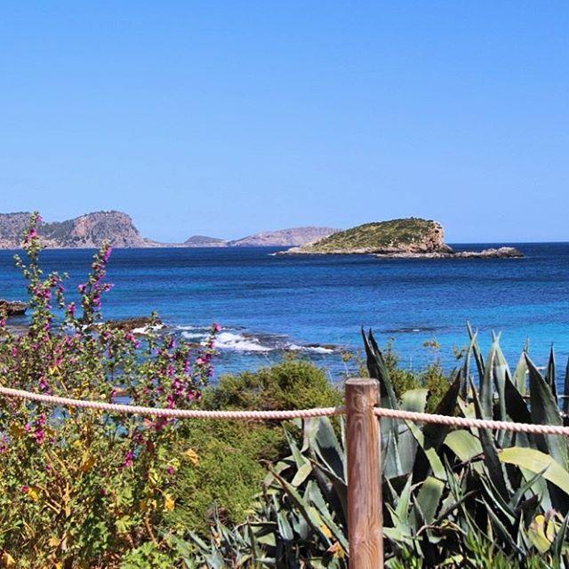 Sunny weather ☀️, blue sky ☁️ and deep blue ocean 🌊! We love this view from Es Canar to the small islands Sa Galera and Illa des Canar! 👌🏻👌🏻👌🏻 #ibiza #ibizadiary #ibiza2018 #escanar #santaeularia #sagalera #illadescanar #escanaribiza #oceanview #hippymarketpuntaarabi #puntaarabi #oceanblue #bluesky #islasbaleares #colorsofibiza #ibiza❤️ #igersibiza #islas #islablanca, Es Canar