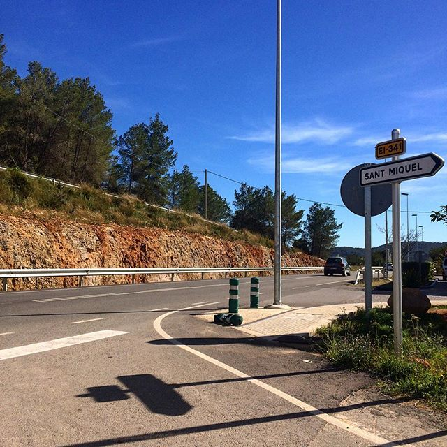 Explore ne the beautiful northern part of the island 👍🌎 #bluesky #ibiza #north #roadtrip #road #car #sky #wall #sign #ibiza2018 #exploration #instatravel #instatour #goodlife #balearea #instaibiza #ibizadiary, Sant Miquel de Balansat