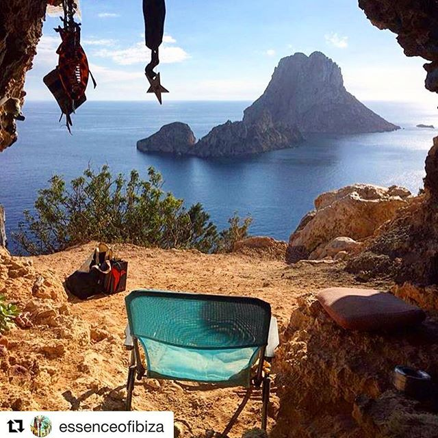 There's no place more magic in the world 🌎 Would love to live in this cave ☮️ #repost thanks to @essenceofibiza for the picture 📸 #cave #esvedra #magic #peace #caveibiza #magicplace 💫 #seaview #igerseurope #igersspain #travel #instatravel #holiday @hippiespirits #spirit #ibizadiary #ibiza2018 😍, Isla de Es Vedrá