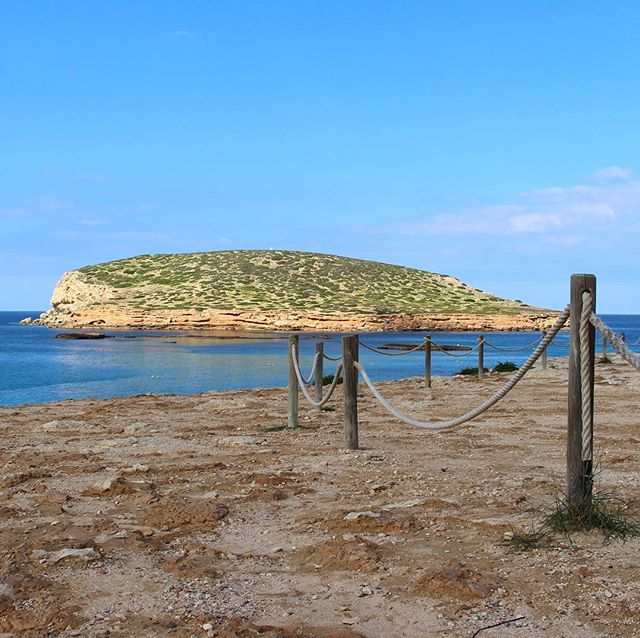 Good morning from Cala Comte 🤗 Nobody else here in the early morning hours 👍 #goodmorning #morning #ibiza @ibiza.official #calabassa #playa #seaview 🐟 #ocean #water #instanature #instagood @ibiza_playas #ibizaholiday #igersspain #ibizadiary, Cala Comte, Ibiza