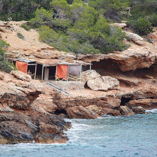 Which one of you ibizalovers would also like to live in such a remote, private place? 🤗 #goodlife #secretplace #ibiza ☮️ #home #seaview #baleares #instaibiza #alternative #goodvibes #hippiestyle #novilla 🏠 #ibizadiary #ibizahome, Sa Caleta