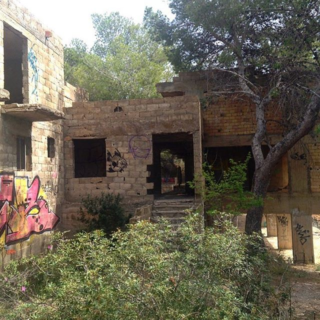 Exploration tour on the east coast. Spotted this building, that has never been finished 🏠🛠 #buildingarea #abondedplaces #specialplace #ibiza #eastcoast #baleares #hotel #ruin #exploration #hiking #instafun #instawalk #instaibiza #instatravel @balearesibiza, Cala d'en Serra