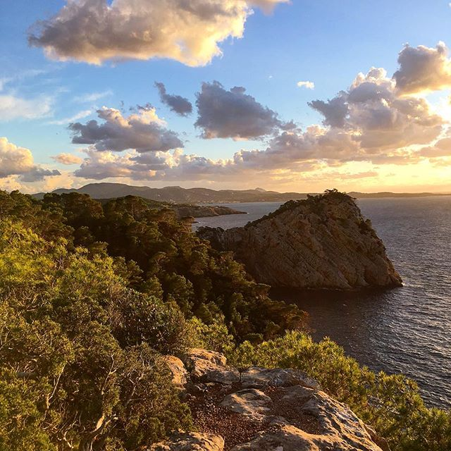 Beautiful and mystic sunset mood 🌅 next to Cap Nonó #ibiza #ibizadiary #ibiza2018 #ibizawinter #ibizasunset #sunsetibiza #ibz #santantoni #rocks #ocean #golden #evening #ibizalovers #magicisland #mysticmood #mystic, Cabo Nonó