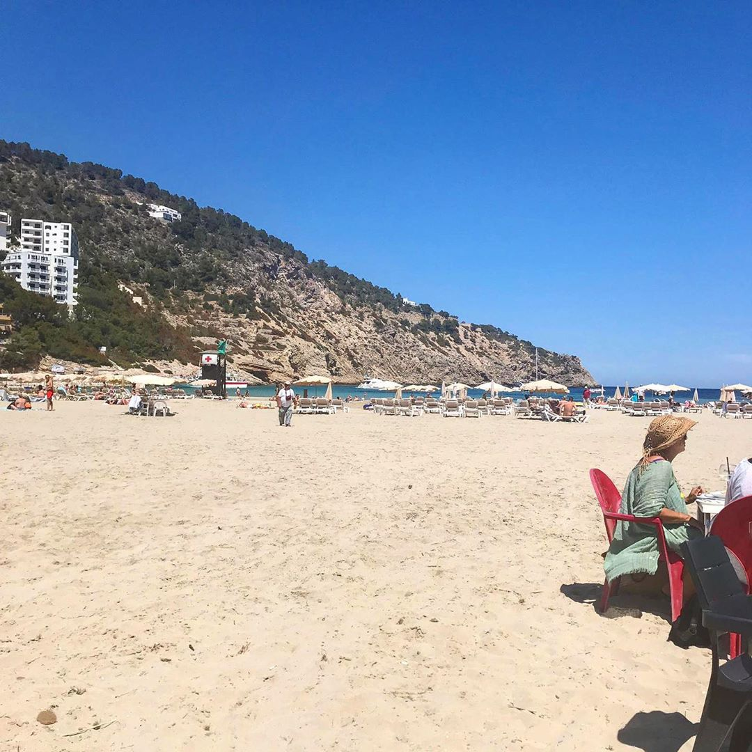 There's always a deserted beach to find. Today: Cala Llonga and Toni's beach bar!  #beachday #islandlife #playa #ibizabeach #calallonga #eastcoast @ibizatravel @photo_beaches  #ibiza #beachbar #drinks #sun #sand #baleares #travel #blogger #ibizadiary #hombre, Cala Llonga