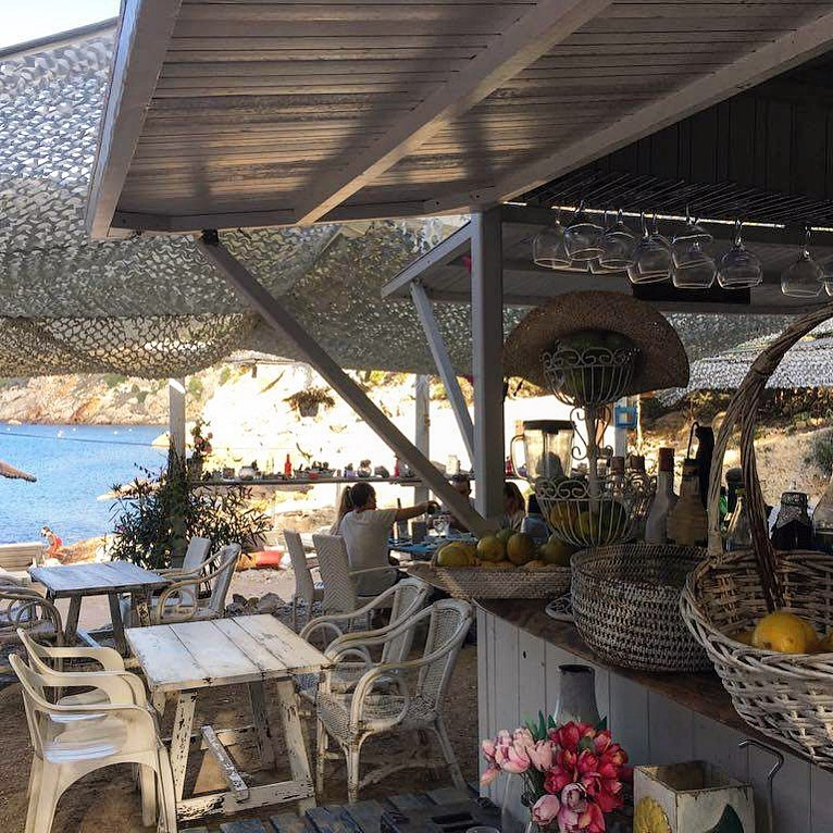 Nice place to hang on a sunday for food and drinks 😎 #utopia #ibiza #utopiaibiza #beachbar #baleares #domingo #goodplace #instaplaces #instatravel 🐠 #seaview #ocean #bar #restaurant #food #drinks #muybien #ibiza2019 #ibizadiary, Chiringuito Utopía