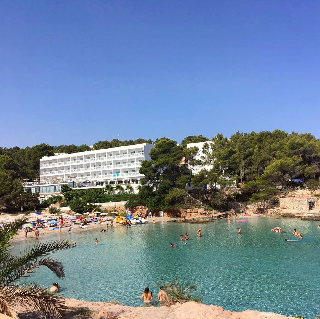 It's the highest high season in these days and the beaches are crowded everywhere on the island 😎 #highseaon #ibiza #beaches #playa #portinatx #baleares 🔆 #sun #sky #ocean #hotel #palmtree #bluesky #urlaub #travelblog #ibizadiary, Portinatx Ibiza