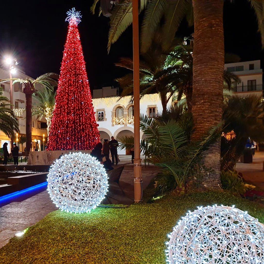 Santa Eularia looks like Las Vegas these days 🎄 Beautiful Christmas decoration next to the townhall 🎅🏻 #ibizachristmas #navidad #ibiza #christmastree #instanice #instagood #arboldenavidad #red #decoration #ibiza2019 #xmas #xmasdecorations #ibizadiary, Santa Eulalia Del Río, Islas Baleares, Spain