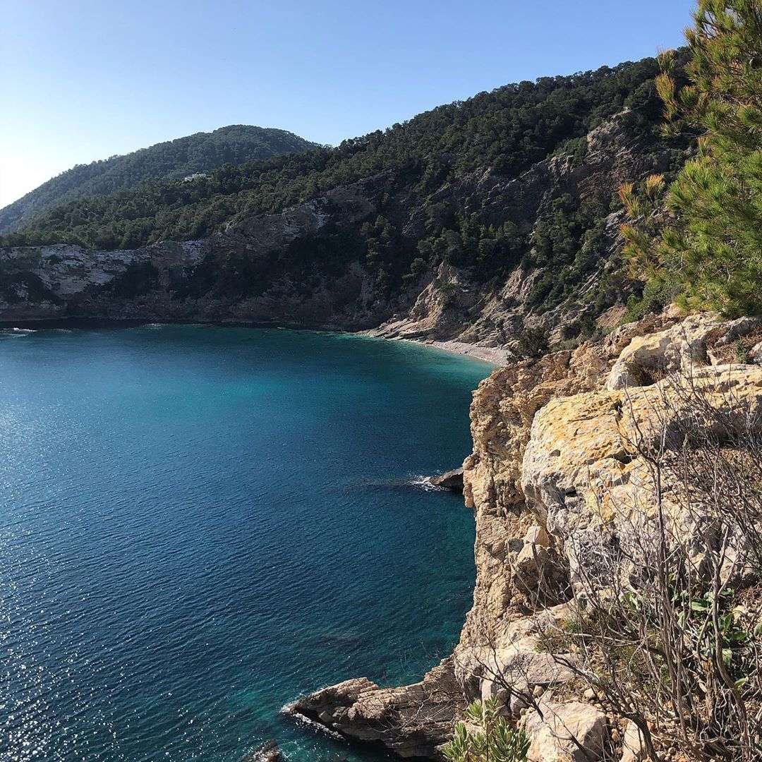 If you're into the real secret beaches of Ibiza, swipe to the right, to see our pictures of Cala Blanca! 😳 #secretbeach #secretbeachibiza #ibiza #ibizaplaya #ibizawinter #playa #hiking #ibizahiking #ibiza2020 #ocean #spain #ibizdiary, Cala Blanca Ibiza