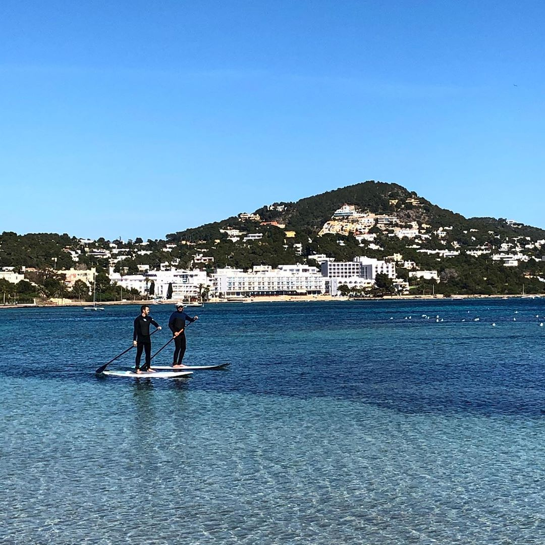 SUP-action in the Talamanca bay! We observed the sporty guys, while sitting on the terrace of Hostal Talamanca, having a cold cerveza and a phantastic lunch! 🍺 #sup #supibiza #talamanca @supibiza #ibizasport #balearics #hostaltalamanca #ibiza #ibiza2020 @hostaltalamanca #watersports #ibizadiary #standuppaddle, Ibiza, Cala Talamanca