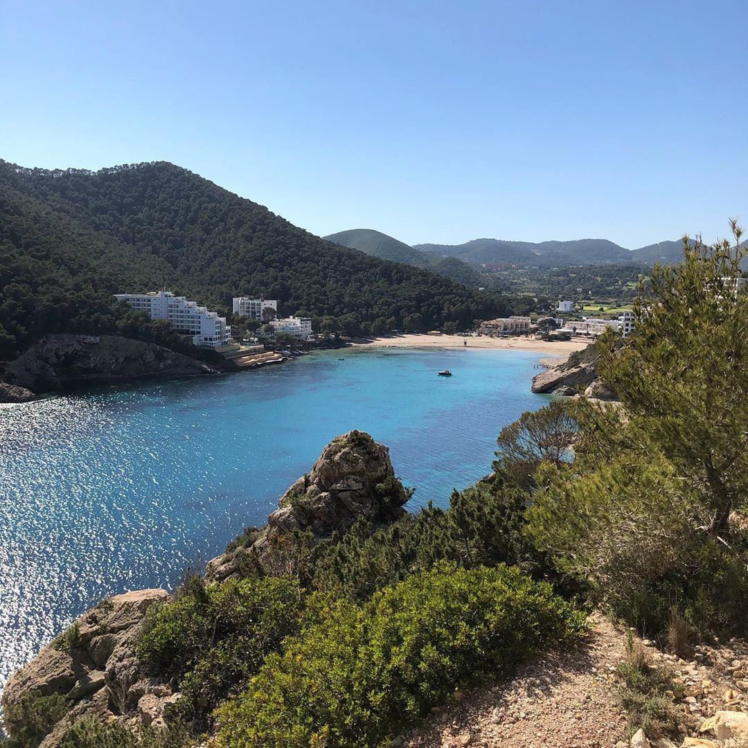 It's one month ago, when we did the last hikes from beach to beach on Ibiza. This is a snap from the eastcoast, heading down the road to Cala Llonga 📸 #beachview #ibiza #instahike #ibizaplaya #instaibiza #igersibiza #lockdown #ibizapictures #nature #ocean #baleares #ibizadiary, Cala Llonga